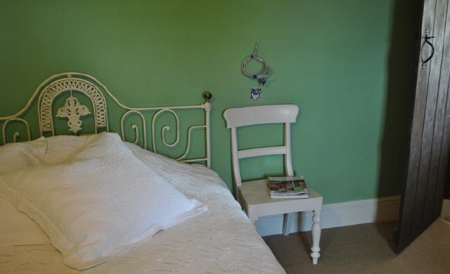an old chair becomes a shabby chic bedside table pics - Chair As Bedside Table
